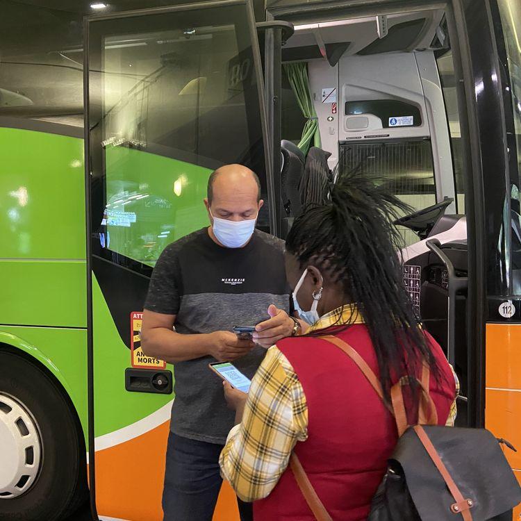 Un conducteur Flixbus vérifie le pass sanitaire d'une voyageuse, le 9 août 2021, à la gare routière de Bercy, à Paris. (RACHEL RODRIGUES / FRANCEINFO)