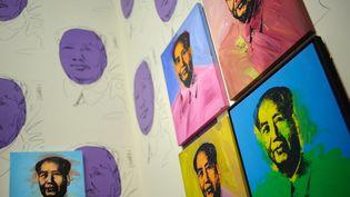 Portraits de Mao Zedong peints par Andy Warhol. (OLIVIER LABAN-MATTEI / AFP)