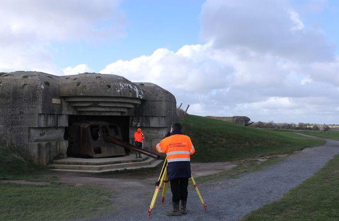 Des archéologues font, en 2013, un relevé topographique des casemates d'une batterie allemande à Longues-sur-Mer (Calvados). Une batterie construite à partir de 1943.  (Cyril Marcigny, Inrap)
