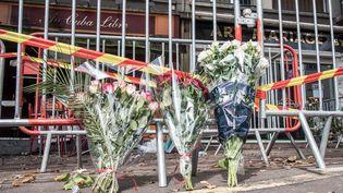 """Des bouquets de fleurs déposés devant le bar """"Au Cuba Libre"""", touché par un incendie mortel, le 6 août 2016, à Rouen (Seine-Maritime). (CHRISTOPHE PETIT TESSON / EPA)"""