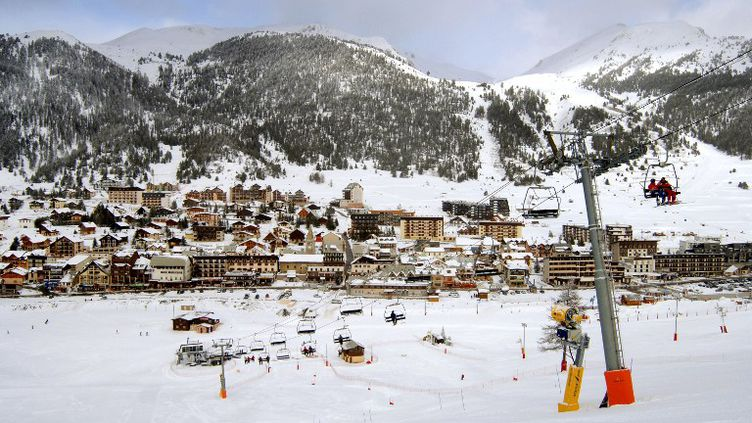 Les remontées mécaniques de Montgenèvre (Hautes-Alpes), non loin de Clavière (Italie) où une Britannique de 13 ans s'est tuée en tombant d'un télésiège le 22 février 2013. (JEAN-PIERRE CLATOT / AFP)