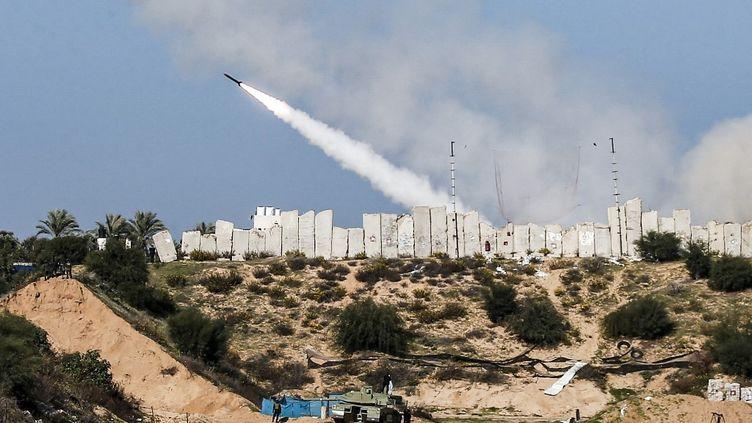Un tir de roquette lors d'un exercice militaire du Hamas et d'autres factions armées de la bande de Gaza, le 29 décembre 2020. (MAHMUD HAMS / AFP)