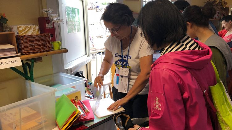 Bourse aux fournitures scolaires organisée par la communauté Emmaüs de Bougival (Yvelines), le 19 août 2019. (ALEXIS MOREL / RADIO FRANCE)