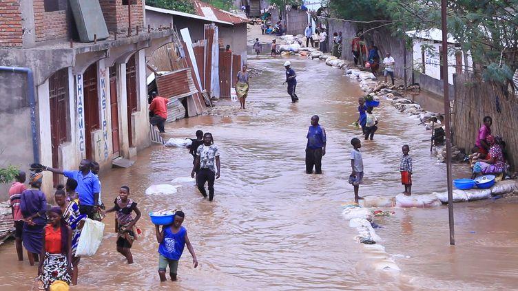 Des habitants d'Uvira les pieds dans l'eaule 21 avril 2020, plusieurs jours après les inondations qui ont frappé cette ville enclavée de l'est de la RDC. (REUTERS/Crispin Kyalangalilwa)