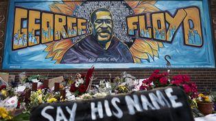 Des fleurs sont déposées sous unefresque en hommage à George Floyd, à Minneapolis (Minnesota, Etats-Unis), le 1er juin 2020. (STEPHEN MATUREN / GETTY IMAGES NORTH AMERICA / AFP)