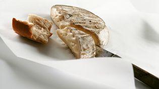 Cinq tonnes de saint-nectaire fermier ont été rappelées, le 5 septembre 2012, après l'intoxication aux salmonelles de 48 personnes. (ROZENBAUM / MOUTON / ALTOPRESS / AFP)
