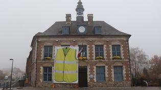 Un gilet jaune sur la façade de la mairie deMorbecque, dans le Nord (2700 habitants), le 16 novembre 2018 (FRANÇOIS CORTADE / RADIO FRANCE)