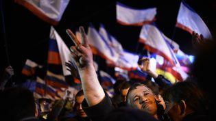 Des habitants de Crimée fêtent le résultat du référendum rattachant la péninsule à la Russie, le 16 mars 2014 à Simferopol. (DIMITAR DILKOFF / AFP)