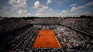Le stade Roland Garros et ses spectateurs, le 8 juin 2018, lors d'un match de Rafael Nadal contre Juan Martin del Potro. (CHRISTOPHE SIMON / AFP)