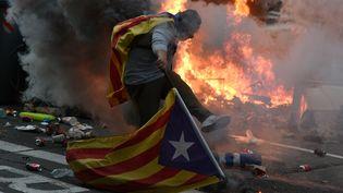 Un manifestant pro-indépendance de la Catalogne, le 18 octobre 2019 à Barcelone (Espagne). (JOSEP LAGO / AFP)