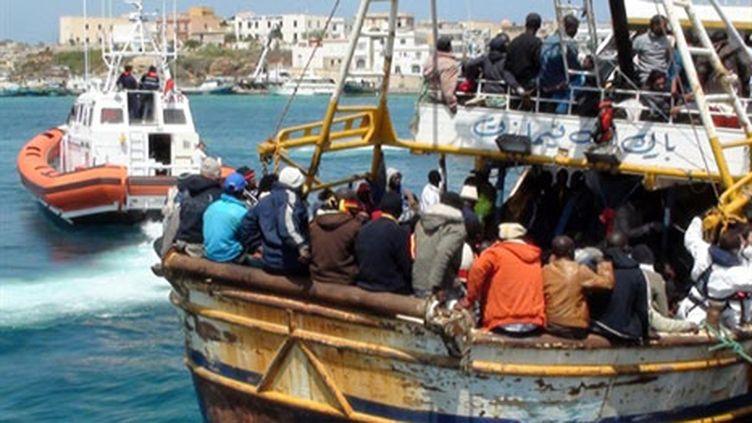 Des réfugiés libyens arrivant à Lampedusa, le 19 avril 2011 (AFP/Mauro Seminara)
