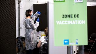 Une patiente reçoit une dose du vaccin contre le Covid-19 à Lyon (Rhône), le 19 janvier 2021. (MARINE GONARD / HANS LUCAS)