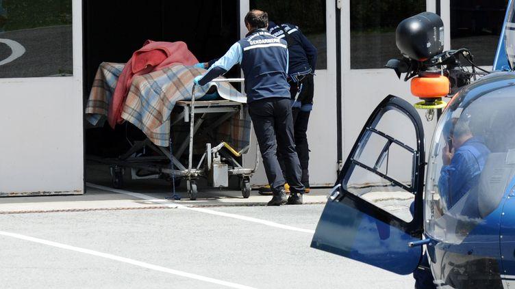 Une équipe de la gendarmerie arrive en hélicoptère à Chamonix (Haute-Savoie), le 12 juillet 2012. (JEAN-PIERRE CLATOT / AFP)
