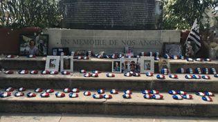 86 galets aux pieds du mémorial de Nice (Alpes-Maritimes), floqués aux noms des victimes de l'attentat du 14-Juillet. (Pauline Renoir / Radio France)
