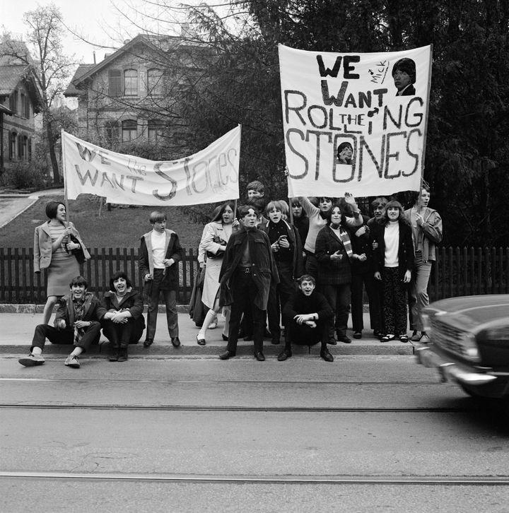 """Les fans du groupe de rock The Rolling Stones brandissent des banderoles sur lesquelles on peut lire «We want the Rolling Stones"""" - Zurich 1967  (KEYSTONE/MAXPPP)"""