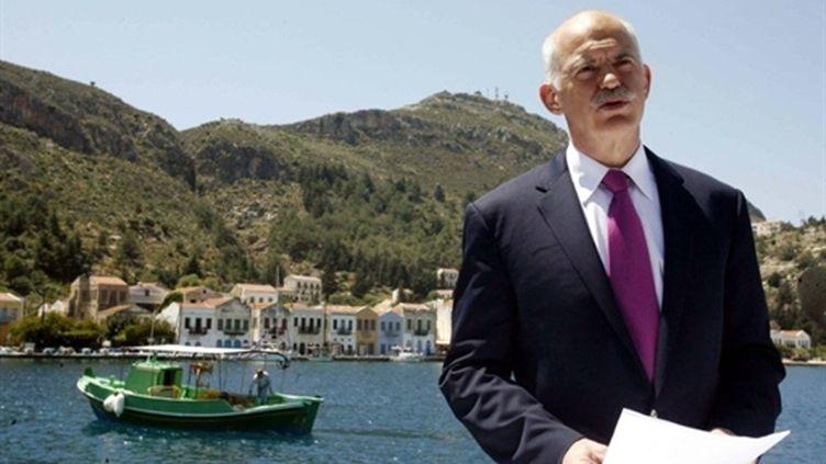 Le Premier ministre grec, Georges Papandréou, en déplacement le 23 avril 2010 sur l'île de Kastelorizo (sud-est du pays) (AFP - EUROKINISSI - Tatiana Bolari)