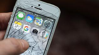 Il est déjà arrivé que les batteries de téléphone en lithium s'embrasent lorsqu'un court-circuit, dû à un choc, se produit. (JENS KALAENE / AFP)