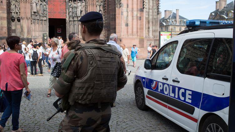 Un militaire patrouille devant la cathédrale de Strasbourg, le 26 juillet 2016. (CLAUDETRUONG-NGOC / CITIZENSIDE)