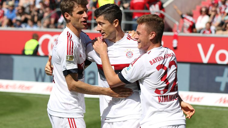 Lewandowski félicité par ses coéquipiers du Bayern Munich, Kimmich et Müller (CHRISTIAN KOLBERT / ANADOLU AGENCY)