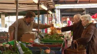 Les producteurs locaux sont de retour sur les marchés de Rouen (Seine-Maritime) et de sa région, un mois après l'incendie de l'usine Lubrizol. (CAPTURE D'ÉCRAN FRANCE 3)
