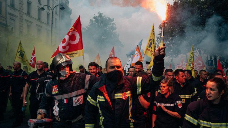 Des pompiers manifestent à Paris, le 15 octobre. (MATHIAS ZWICK / HANS LUCAS)