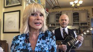 """La chanteuse Toyah Willcox et son époux Robert Fripp célèbrent le VE Day (Victory in Europe Day), la Victoire des Alliés dans la Seconde Guerre mondiale (8 mai 1945), mais aussi des héros du combat contre le Covid-19 en chantant """"Heroes"""" de David Bowie dans une vidéo postée sur les réseaux sociaux les 7 et 8 mai 2020 (ZORAN VESELINOVIC / MAXPPP)"""