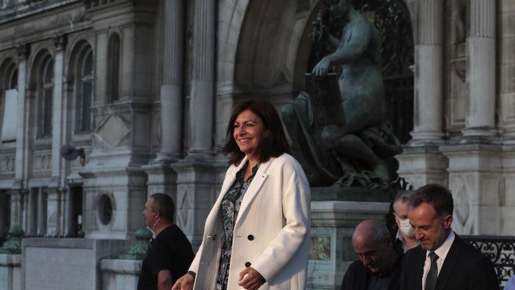 La maire socialiste de Paris, Anne Hidalgo, annonce sa réélection devant l'hôtel de ville, au soir du second tour des élections municipales, le 28 juin 2020. (JOEL SAGET / AFP)
