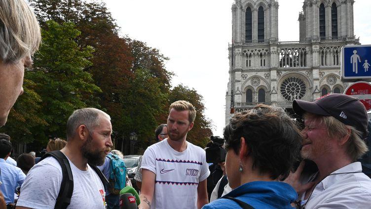Frédéric Guillo, de la CGT du 4e arrondissement de Paris, s'exprime lors d'un point de presse le 5 août 2019 organisé par la CGT et d'autres associations sur la pollution autour de Notre-Dame. (DOMINIQUE FAGET / AFP)