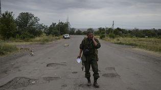 Un militien à la frontière entre l'Ukraine et la Russie à Izvarino, le 26 juin 2014. (VALERIY MELNIKOV / RIA NOVOSTI / AFP)