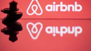 Le logo Airbnb, le 29 août 2018, à Paris. (JOEL SAGET / AFP)