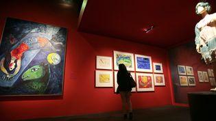 """A l'exposition """"Marc Chagall ou le triomphe de la musique"""" à la Philharmonie.  (Jacques Demarthon / AFP)"""