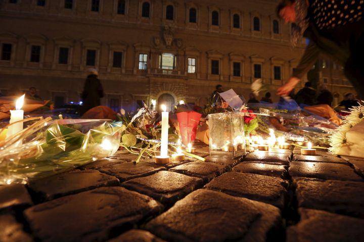 Devant l'ambassade de France à Rome (Italie). (REMO CASILLI / REUTERS)