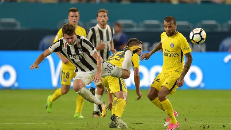 Fabrizio Caligar (Juve) face à Dani Alves (PSG) (HECTOR RETAMAL / AFP)