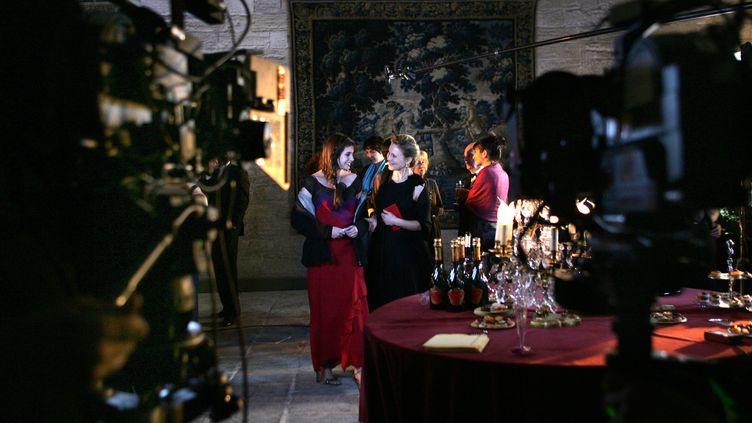 """Les comédiennes Marthe Keller et Louise Monot, le 19 mars 2007 au Palais des Papes à Avignon, lors du tournage de """"La Prophétie d'Avignon"""". (illustration) (ANNE-CHRISTINE POUJOULAT / AFP)"""