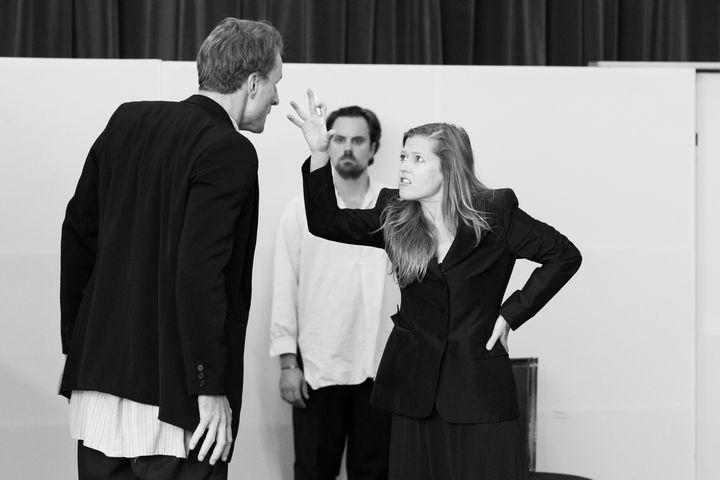 """Répétitions de """"Bérénice"""" : Ivan Ludlow (Antiochus), Julien Behr (Arsace), Barbara Hannigan (Bérénice)  (E. Bauer/Opéra national de Paris.)"""