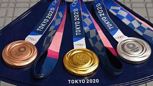 Les médailles de bronze, d'or et d'argent distribuées aux athlètes lors des Jeux olympiques de Tokyo, photographiées le 24 juillet dans la capitale japonaise. (TAUSEEF MUSTAFA / AFP)