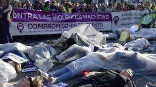 Manifestation à Madrid le 16 mai 2018 pour réclamer davantage de moyens financiers pour lutter contre les violences conjugales. (JAVIER SORIANO / AFP)