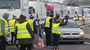 """Des """"gilets jaunes"""" le 19 novembre 2018 sur l'A9, près de Perpignan (illustration). (RAYMOND ROIG / AFP)"""