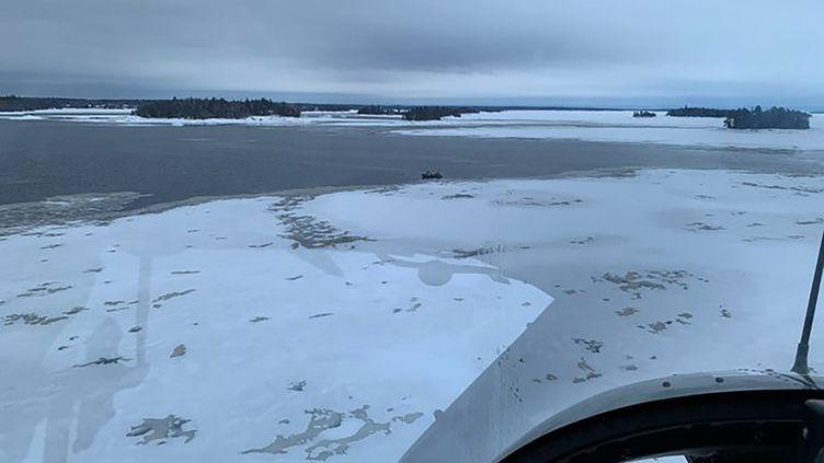Photo prise mercredi 22 janvier 2020 depuis un hélicoptère survolant le lac Saint-Jean, situé à environ 200 km au nord de la ville de Québec (Canada). La veille, un accident de motoneige a coûté la vie à un Québécois, et fait cinq disparus français. (SURETE DU QUEBEC / AFP)