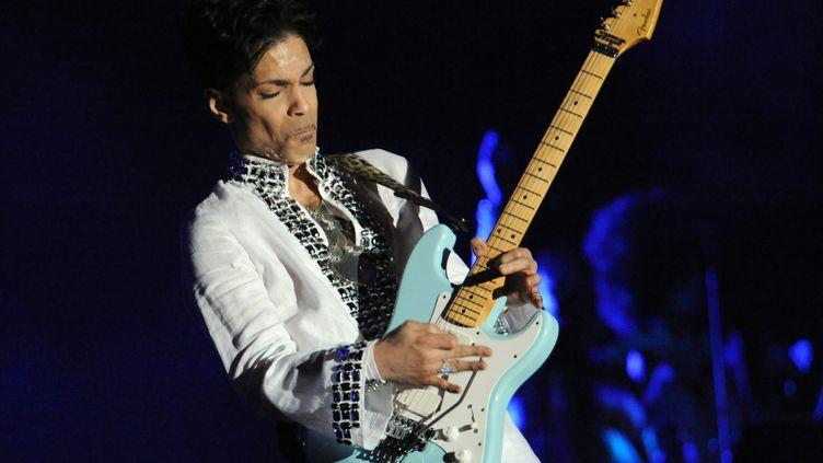 Prince lors d'un concert à Indio (Californie), le 26 avril 2008. (MAXPPP)