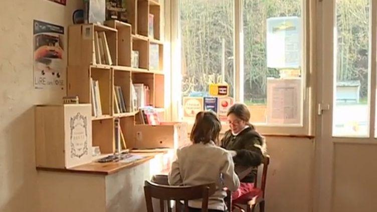 La troisième nuit de la lecture se déroule samedi 19 janvier partout en France. Initiative insolite : le bistrot d'un village dans l'Oise abrite des livres. (France 3)