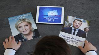 Un programme d'Emmanuel Macron et de Marine Le Pen avant le second tour de l'élection présidentielle le 7 mai 2017. (JEAN-FRAN?OIS FREY / MAXPPP)