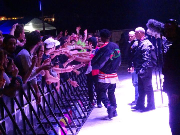 Joey Badass serre encore les mains des premiers rangs, 10 mn après la fin de son concert à Rock en Seine 2014.  (Laure Narlian/Culturebox)