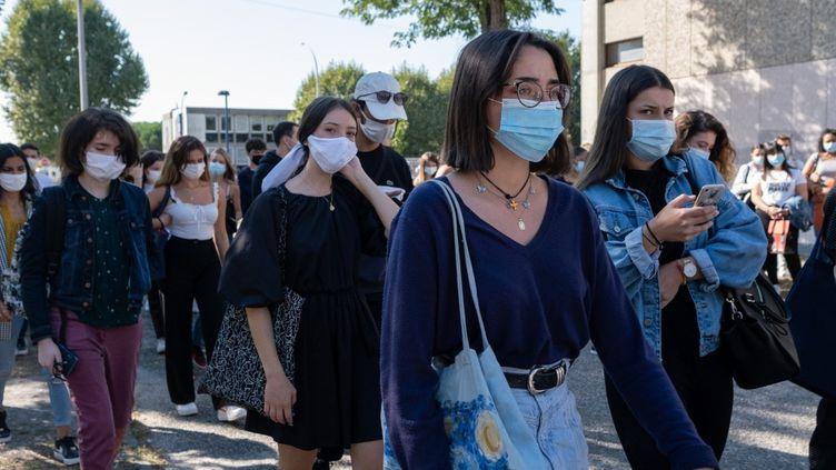 Des étudiants sur le campus de Pessac (Bordeaux), lors de leur rentrée universitaire,le 9 septembre 2020. (VALENTINO BELLONI / HANS LUCAS / AFP)