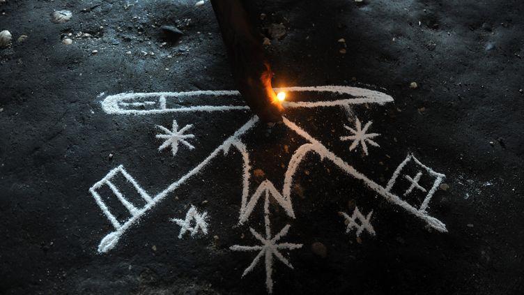 Dessin représentant les esprits Luo avant une cérémonie vaudou, le 6 mars 2010 à Port-au-Prince (Haïti). (EITAN ABRAMOVICH / AFP)
