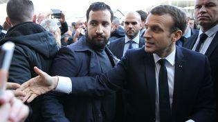 Emmanuel Macron et Alexandre Benalla, lors d'une visite au Salon de l'agriculture, à la porte de Versailles à Paris, le 24 février 2018. (STEPHANE MAHE / POOL / AFP)