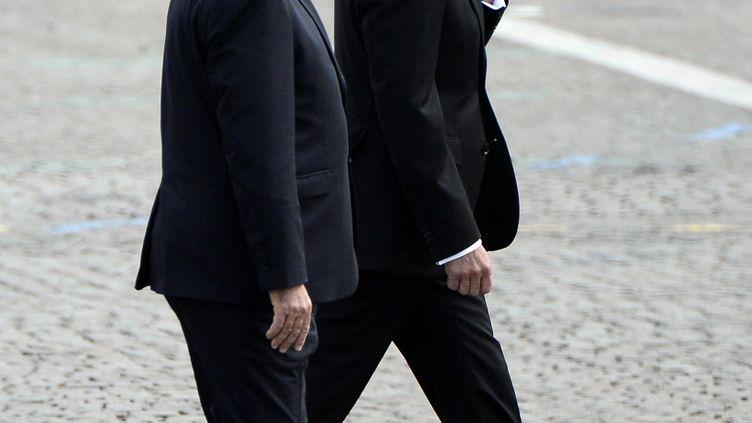 François Hollande et Manuel Valls marchent côte à côte, le 14 juillet 2014, jour de fête nationale à Paris. (STEPHANE DE SAKUTIN / AFP)
