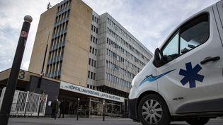 L'entrée de l'hôpital La Pitié-Salpêtrière à Paris, le 26 février 2020 (IAN LANGSDON / EPA)