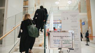 Une des salles d'audience, au premier jour du procès des attentats des 7, 8 et 9 janvier 2015, à Paris, le 2 septembre 2020. (MARIE MAGNIN / HANS LUCAS / AFP)