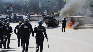 Des CRS interviennent face aux chauffeurs de taxi qui manifestent, porte Maillot, à Paris, le 25 juin 2015. (CHARLES PLATIAU / REUTERS )